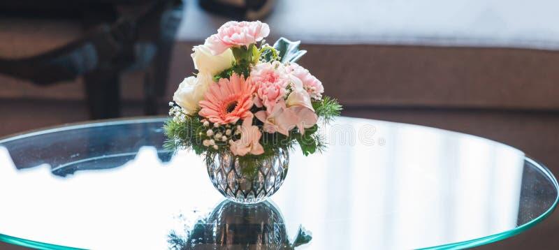 Свежий красочный романтичный пастельный букет цветка на пустой предпосылке стеклянного стола Годовщина, Валентайн, свадьба, предл стоковые изображения