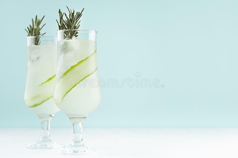 Свежий крутой лимонад огурца с кубами льда, розмаринового масла, извес стоковое фото rf