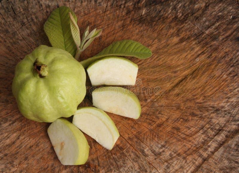 Свежий кусок плодоовощ Guava и guava с лист на деревянной предпосылке стоковая фотография