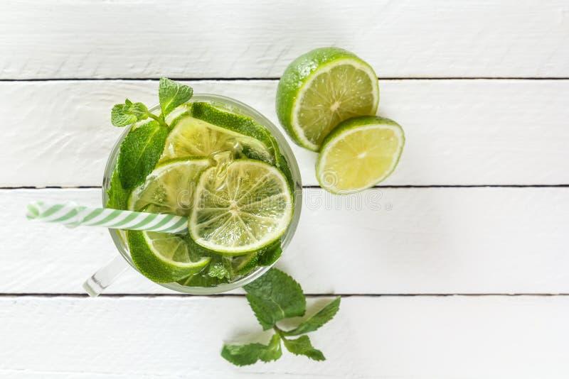 Свежий лимонад от известки или mojito с льдом на белой деревянной деревенской предпосылке стоковые изображения