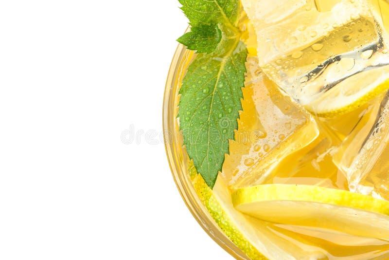Свежий лимонад с льдом и мятой Настроение лета изолировано стоковое изображение