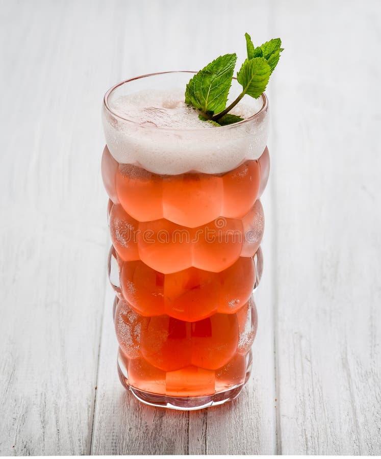 Свежий лимонад с льдом, мятой и клубникой на верхней части в стекле на белой предпосылке таблицы, космосе экземпляра r стоковые фотографии rf
