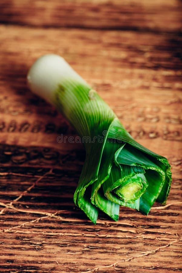 Свежий лук-порей на деревянном столе стоковые фото