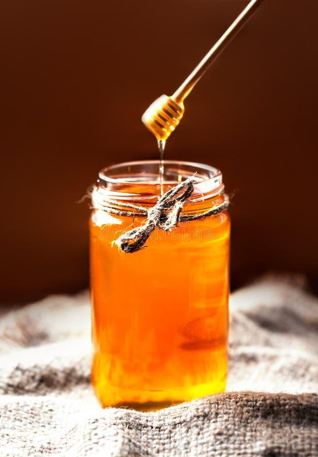 Свежий мед в опарнике с ковшом меда на винтажном деревянном backgroun стоковые изображения rf