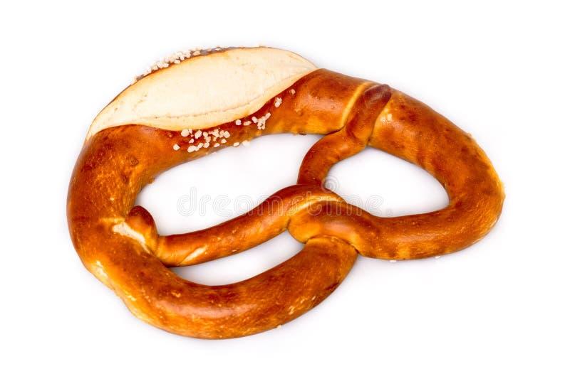Свежий немецкий крендель (Bretzel или Bretze) на белизне стоковое фото