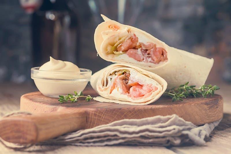 Свежий обруч tortilla с семгами стоковые изображения rf