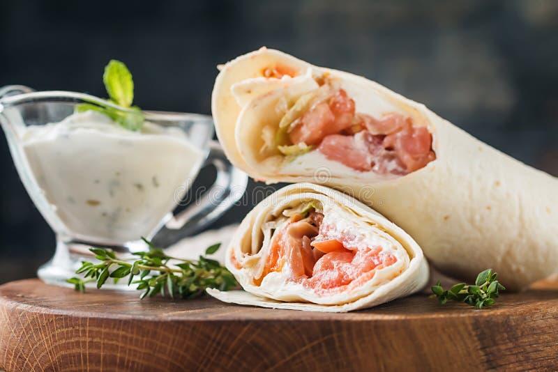 Свежий обруч tortilla с семгами стоковая фотография rf