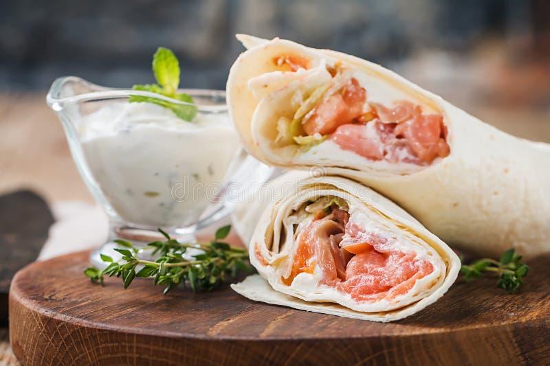 Свежий обруч tortilla с семгами стоковые изображения