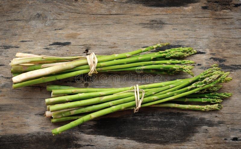 Свежий овощ спаржи на древесине стоковые изображения