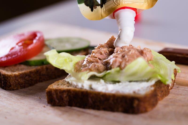 Свежий домодельный зажаренный сандвич тунца на древесине стоковые фото