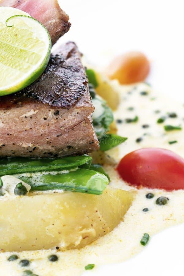 Свежий опаленный стейк тунца со сметанообразным соусом мустарда и перца стоковое фото