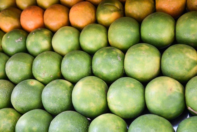 Свежий оранжевый мандарин и зеленые цитрусовые фрукты стоковые изображения rf