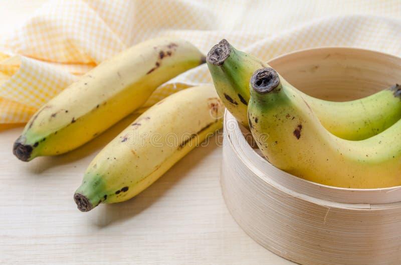 Свежий органический банан на деревянной плите, банан селективного фокуса внутри стоковые изображения rf