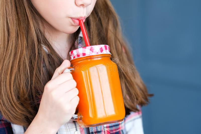 Свежий органический естественный сок ягнится девушка питания стоковое изображение