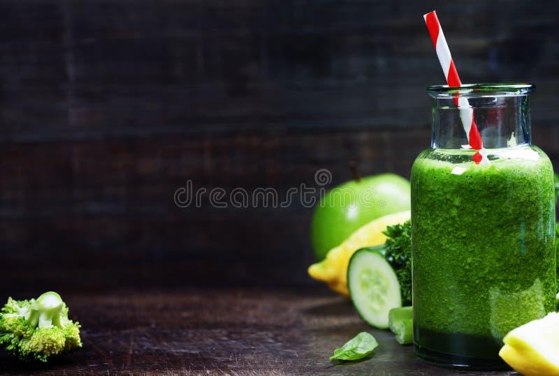 Свежий органический зеленый smoothie - вытрезвитель, диета и здоровая еда conc стоковые фотографии rf