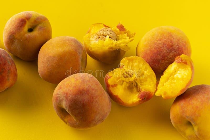 свежий органический зрелый сочный персик и половинные изолированные, vegeterian закуски стоковое изображение