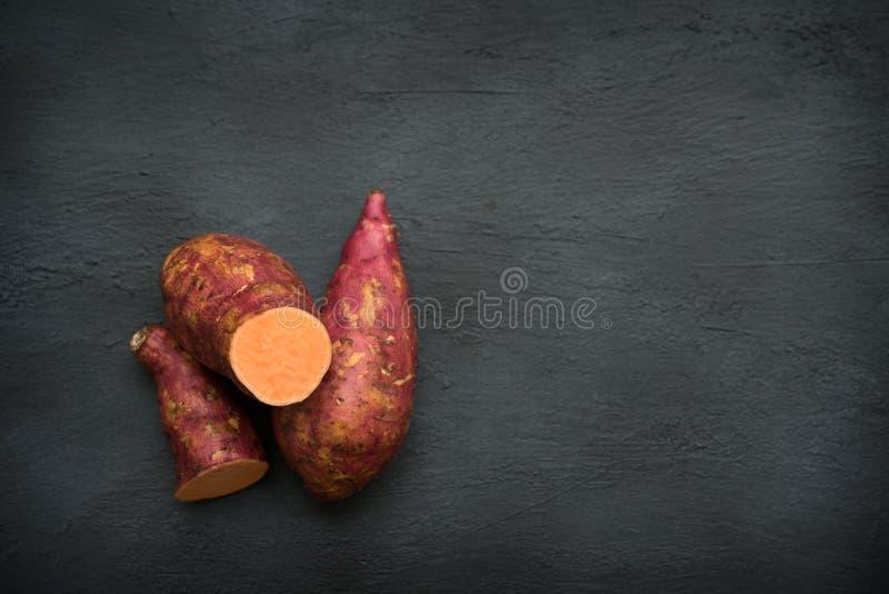 Свежий органический космос экземпляра сладкого картофеля стоковые изображения rf