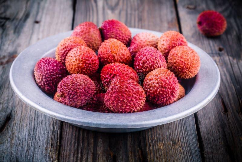 Свежий органический плодоовощ lychee в шаре на деревянной предпосылке стоковое фото rf
