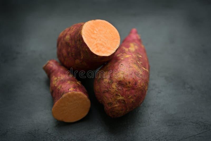 Свежий органический сладкий картофель на темной предпосылке стоковое изображение
