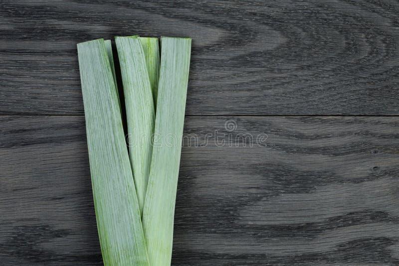 Свежий органический лук-порей на винтажной таблице дуба стоковое фото rf