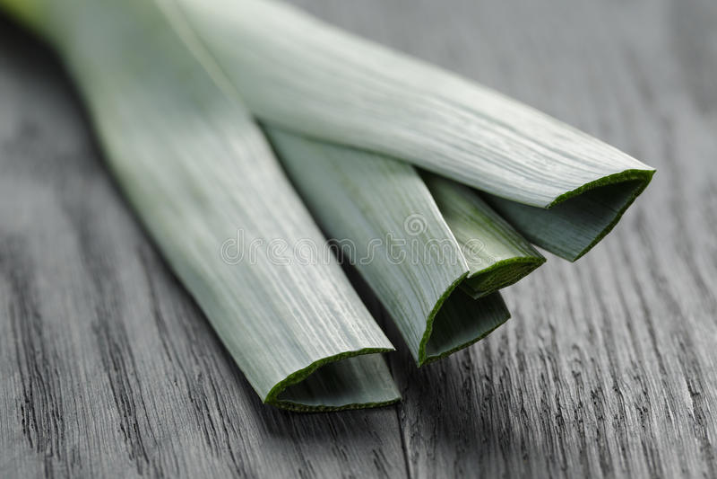 Свежий органический лук-порей на винтажной таблице дуба стоковое изображение