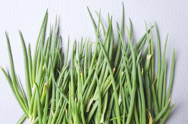 Свежий отрезанный лук весны на кухонном столе Взгляд сверху кучи лука весны Свежий и зеленое растение стоковое изображение rf