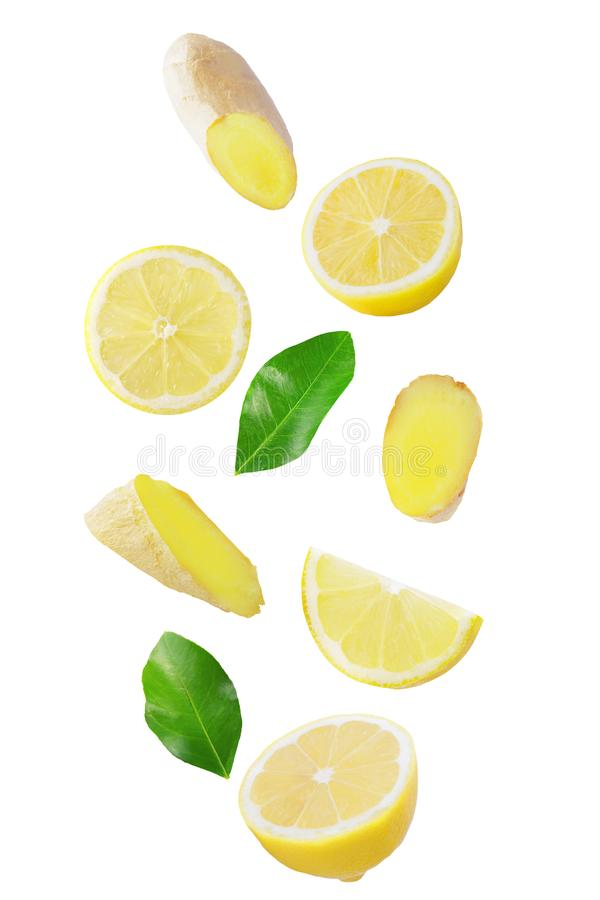 Свежий падая лимон и имбирь изолированные на белизне стоковые изображения rf