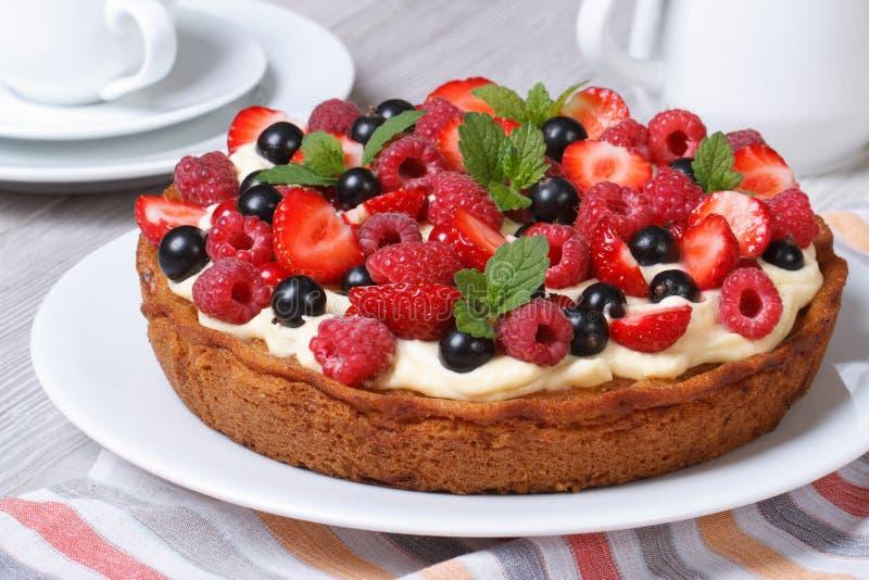 Download Свежий пирог ягоды с клубниками, полениками и крупным планом мяты Стоковое Изображение - изображение насчитывающей домодельно, свеже: 41654101