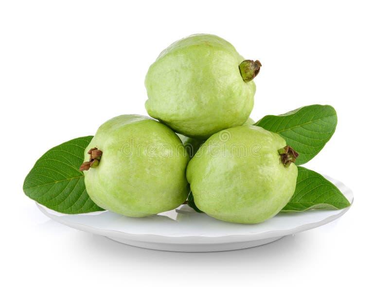 Свежий плодоовощ guava в белой плите на белой предпосылке стоковое фото