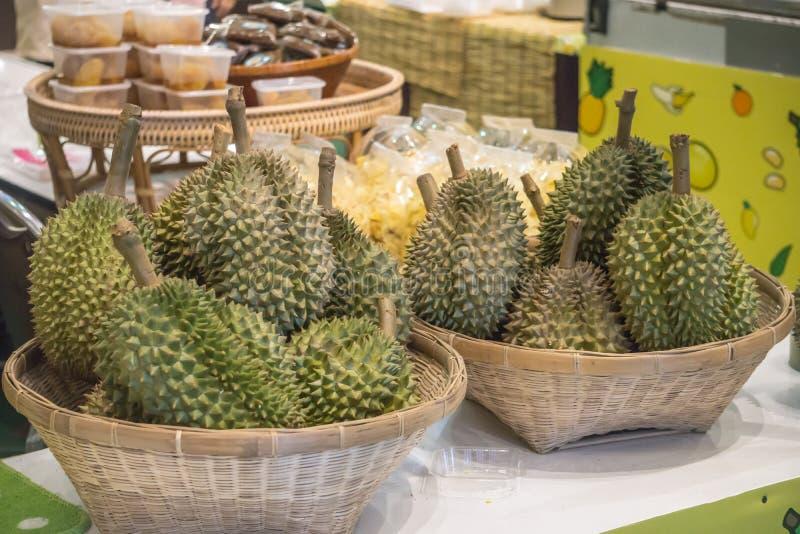 Свежий плод дуриана внутри Handcraft концепция свежих продуктов нового рынка корзины стоковые изображения rf