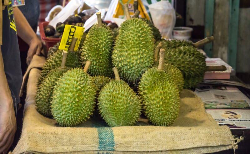 Свежий плод дуриана внутри Handcraft концепция свежих продуктов нового рынка корзины стоковое фото