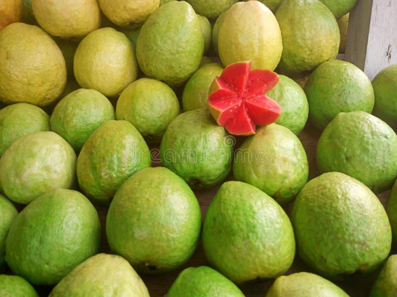 Свежий плод guava на рынке стоковое изображение rf