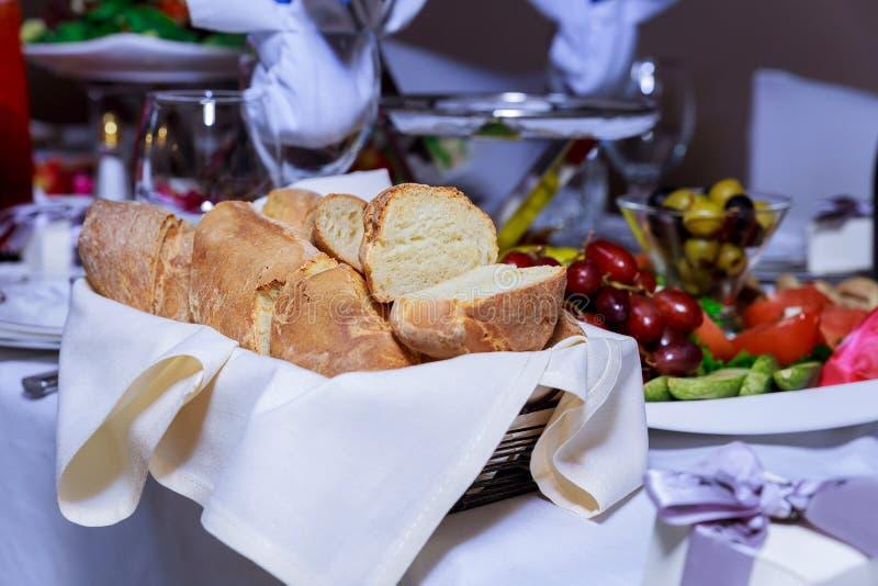 свежий покрытый коркой хлеб в корзине стоковое изображение