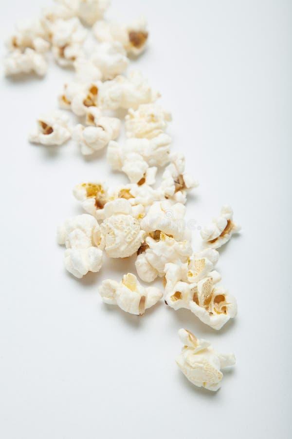 Свежий посоленный попкорн изолированный на белой предпосылке стоковые фотографии rf