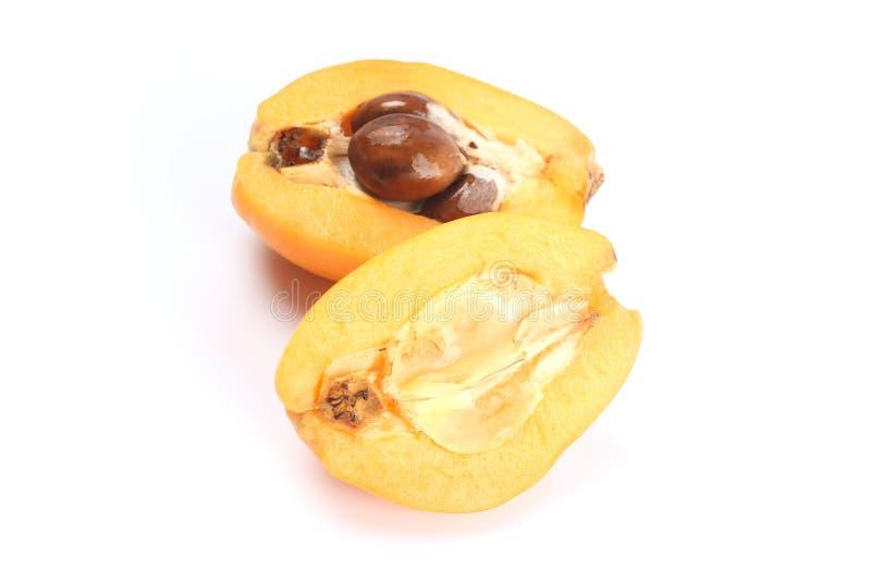 Свежий плодоовощ мушмулы (japonica Eriobotrya) и отрезок одно стоковая фотография rf