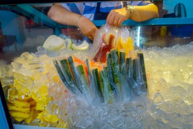 Свежий рынок сока и плодоовощ стоит в городском Куалае-Лумпур стоковые изображения