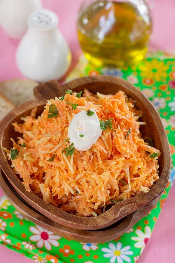 Свежий салат моркови с заскрежетанными морковами, заскрежетанным сыром и mayonn стоковое изображение