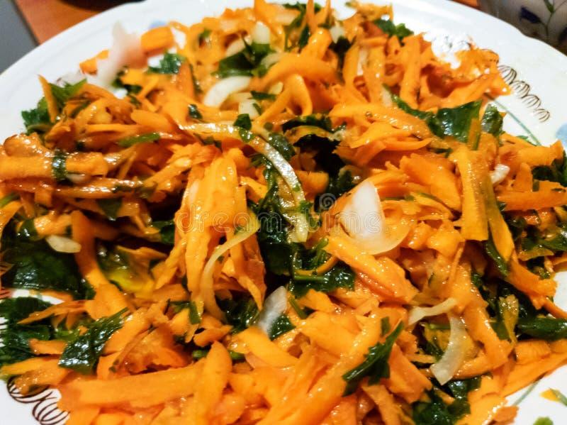 Свежий салат моркови с зелеными цветами Салат моркови с петрушкой стоковая фотография