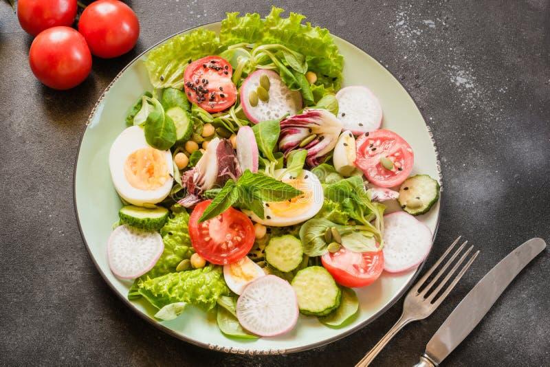 Свежий салат от овощей и яичек для правильного питания Еда лета Диета для концепции потери веса стоковая фотография