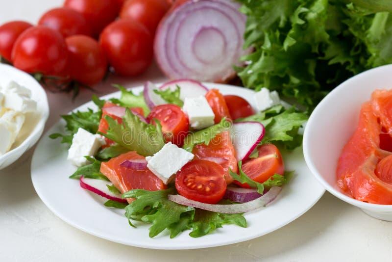 Свежий салат от семг и овощей стоковое фото