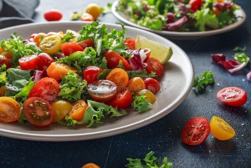 Свежий салат смешивания томата вишни с салатом, лимоном, известкой, черным перцем и солью моря еда здоровая стоковые изображения