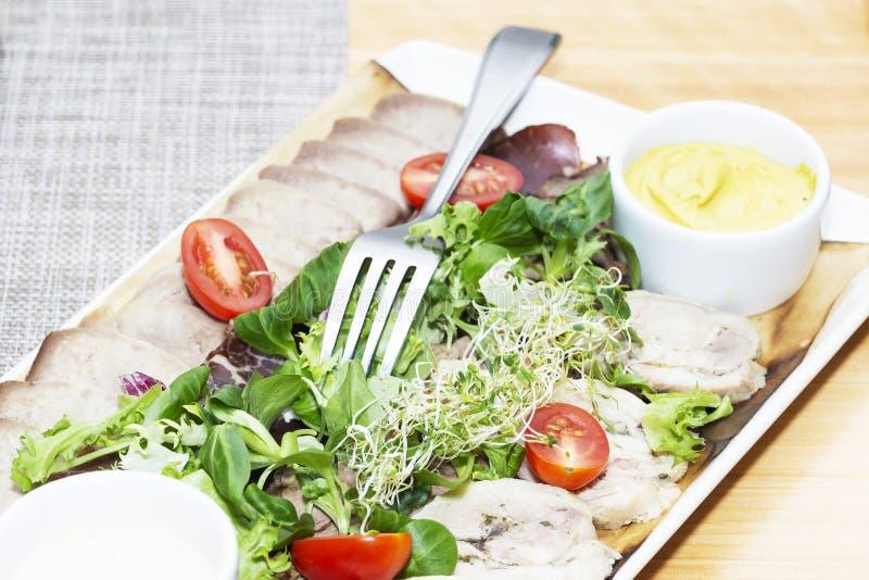 Свежий салат с очень вкусным томатом куриной грудки, ruccola, шпината, капусты, arugula, пармезана и вишни на деревянной предпосы стоковое фото rf
