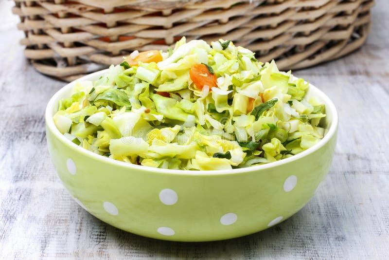 Download Свежий салат в шаре поставленном точки зеленым цветом Стоковое Изображение - изображение насчитывающей корзины, развилки: 40590045