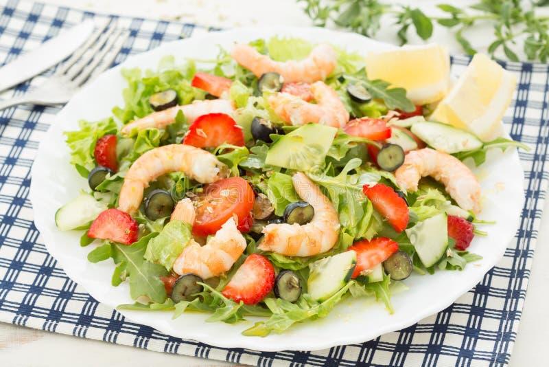 свежий салат креветки с салатом; ягоды и ракета стоковое изображение rf
