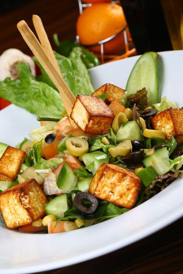 Свежий салат с зажаренным сыром стоковые фотографии rf