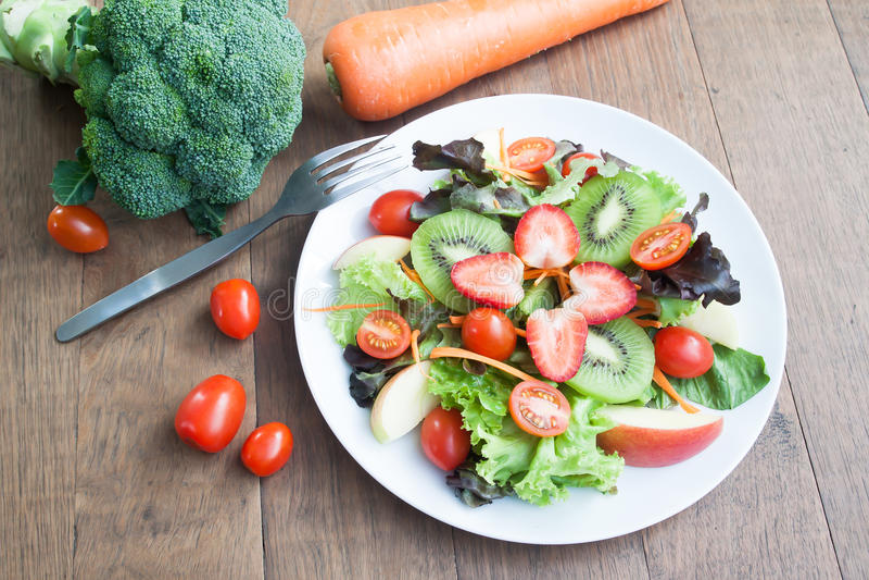 Свежий салат с клубниками, кивиом, томатами и яблоками стоковые изображения rf