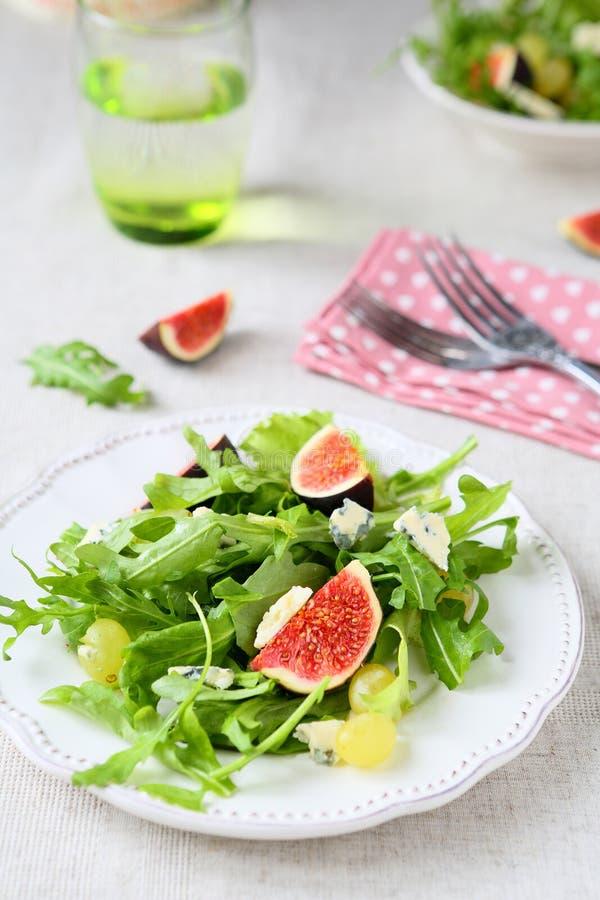 Свежий салат с сыром бри, салат ракеты и виноградины стоковые изображения rf