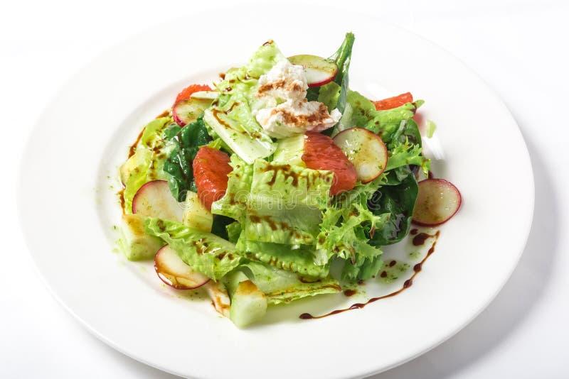 Свежий салат с шлихтой салата, редисок, грейпфрута, сыра и цитруса стоковое изображение