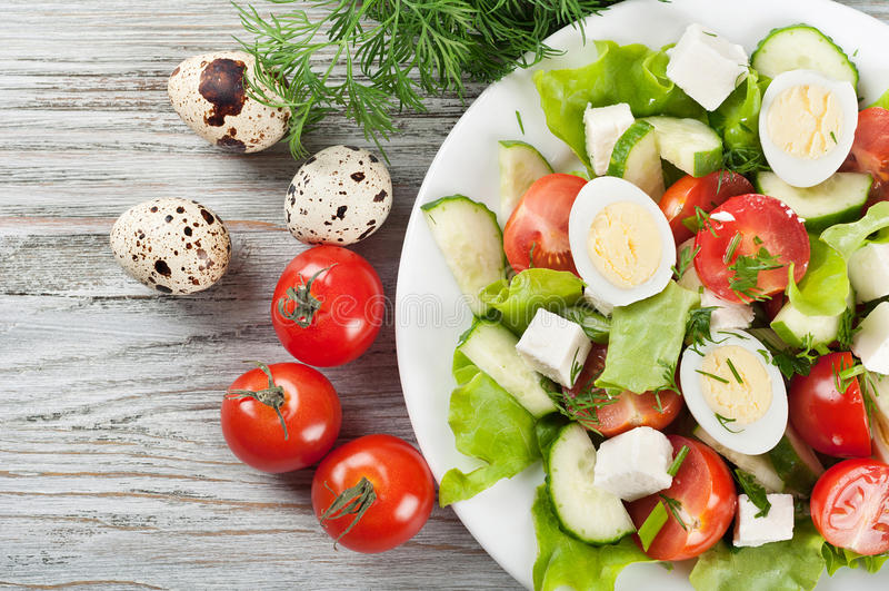 Свежий салат с яичками и томатом триперсток стоковая фотография