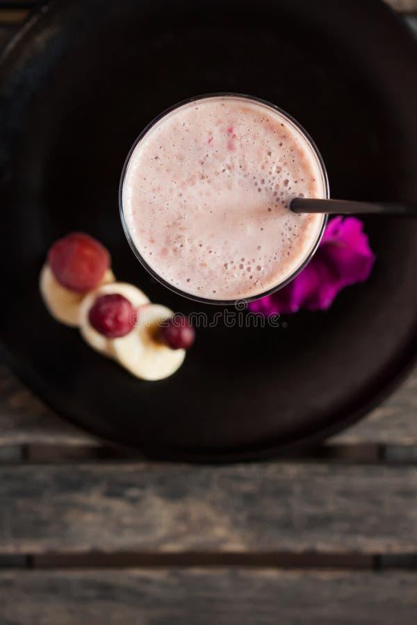 Свежий смешанный smoothie с бананом, поленикой, клубникой и вишней - взгляд сверху стоковое фото